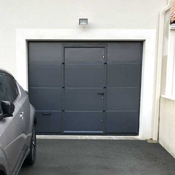 porte de garage sectionnelle lisse grise anthracite avec portillon anthracite porte